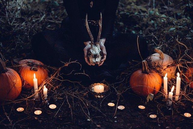 bougies, citrouilles, sorcière